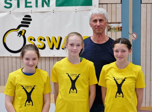Handstand-Cup-Siegerinnen Leonie Papok, Lucia Temme und Samira Patzak mit Landestrainer Matthias Schlecht