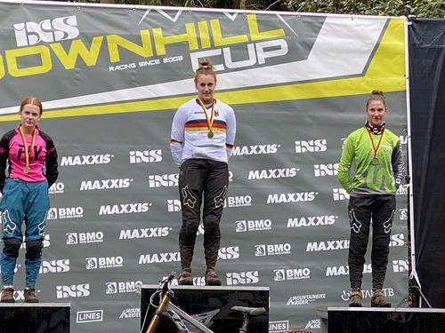 Antonia Enderlin fährt zu Bronze bei der Deutschen Mountainbike Downhillmeisterschaft im Thüringer Wald